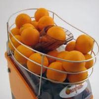 Plaats sinaasappelpers in bedrijfsrestaurant