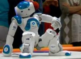Robot Zora vermaakt ouderen in de zorg