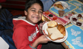 Kinderen ontbijten bij Verhage Floriande