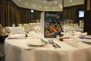 Op alle tafels kaartjes met daarop informatie over de deelnemende chefs en hun menu's. Ook interessant: gasten worden uitgenodigd om te twitteren. Er is een speciale hashtag #Obsession15 en de accounts van Northcote en De Leest worden vermeld. Tijdens de avond is het evenement trending topic in Engeland.