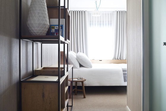 Deluxe room good hotel amsterdam king bed room1 560x374