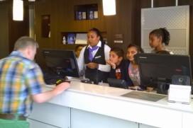 Leerlingen IMC Weekendschool proeven aan hotelvak