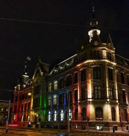 Conservatorium Hotel verlicht met regenboogkleuren voor Gay Pride