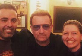 U2 drinkt biertjes bij Proeflokaal Arendsnest Amsterdam