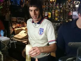 'Borat' deelt gratis bier uit in café Amsterdam