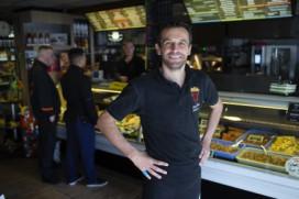 Marco Agema verkoopt Friet van Piet in Groningen