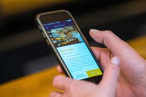AMSTERDAM - Een bezoekster van Café Schilder betaald met de Tabster app. FOTO: DIEDERIK VAN DER LAAN