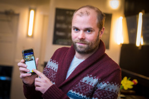AMSTERDAM - Robert Ros van Café Schilder met de Tabster app. FOTO: DIEDERIK VAN DER LAAN