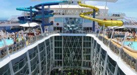 Drijvend plezierhotel legt aan in Rotterdam