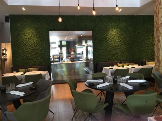 Quarz restaurant doorkijk keuken 560x420