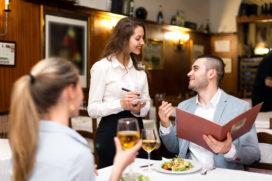 Top 10: wat bedieningmedewerkers er 'gewoon bij doen'