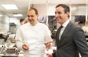 Daniel Humm (l) en Will Guidara tijdens de fotoshoot in hun keuken voor Misset Horeca.