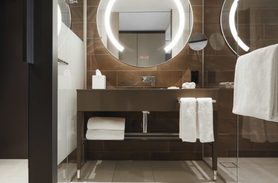 Hyatt regency amsterdam standard room 5 560x368