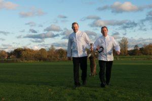 Michel van Riswijk en chef de cuisine Matthijs Mulder van Landhuishotel De Bloemenbeek