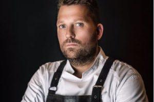 Nick Bril van The Jane** serveert gerechten op naaktmodel