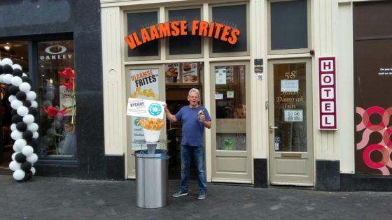 De Amsterdamse Foodmaster-ondernemer Simon Ilcken met zijn hygiëneprijs.