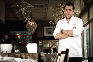 Ron Blaauw in keuken bij Nobel Ameland