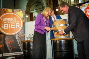 Week van het Nederlandse Bier, Burgemeester Den Haag, Pauline Krikke slaat eerste vat aan met Henri Reuchlin.