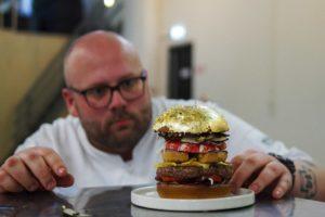 Hamburgerkoning Diego Buik zet hamburger van 2050 euro op de kaart