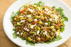 Door granen en groenten wordt salade een hoofdgerecht