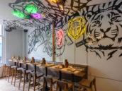 Horecainterieur Tiger Mama: neon, sushi-kelder en Japanse binnentuin