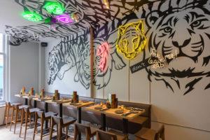 Horecainterieur Tiger Mama: neon, roze sushi-kelder en Japanse binnentuin