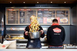 Culinaire hulp van Herman den Blijker bij opening eerste Bram's Gourmet winkel
