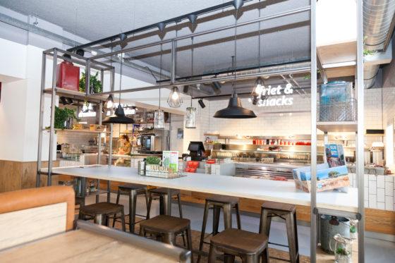 Hippe krukken aan een hoge tafel; nét even een ander gevoel voor gasten.  Foto: Jawsmedia