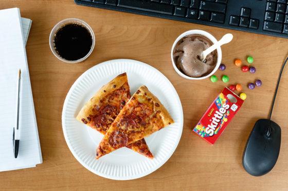 Lunch VS: peperroni pizza, chocolade-ijs, skittles en cola.