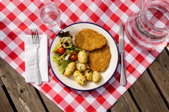 Oostenrijk: Schnitzel met aardappelen en een salade.