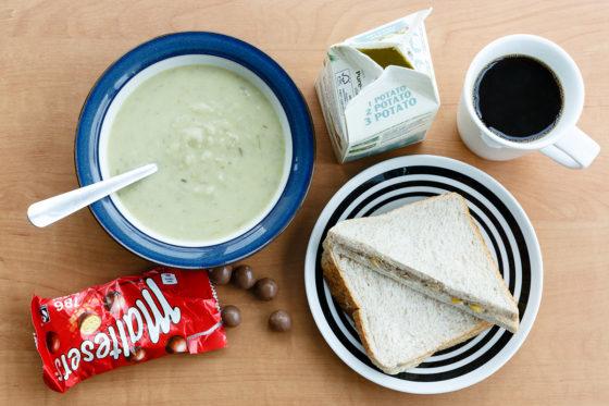 Engeland: prei-aardappelsoep, tonijnsandwich, Maltesers en koffie.