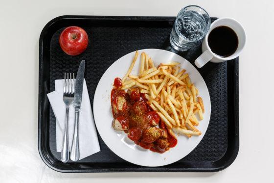Duitsland: currywurst met friet, een appel, koffie en water.