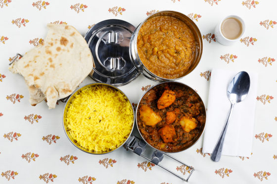 India: rijst en mungboon dal, kip saagwala, roti en chai thee.