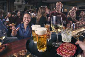Nederlander besteedt meer geld aan eten en drinken buiten de deur