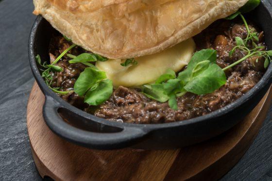 Boeuf bourgeon met aardappelmousseline en bladerdeeg 560x373