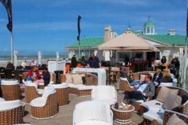 Terrasinnovaties: van terrasstoelen tot menukaart met telefoonoplader