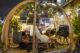 Binnenkijken bij de glazen iglo's op het terras