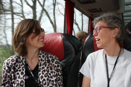 In de bus was het kennismaken, bijpraten en kennis uitwisselen.