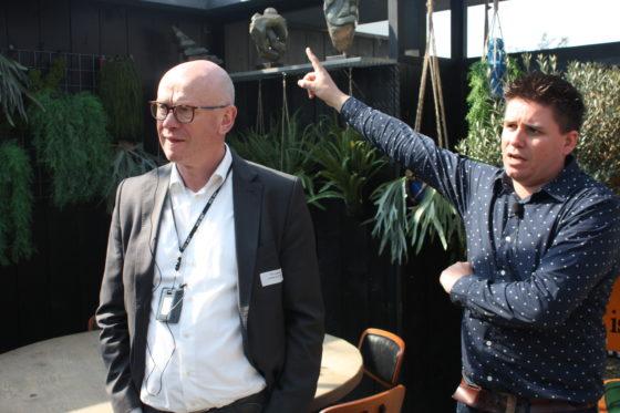 Ondernemer Roy Spekhorst spreekt zijn gasten toe.